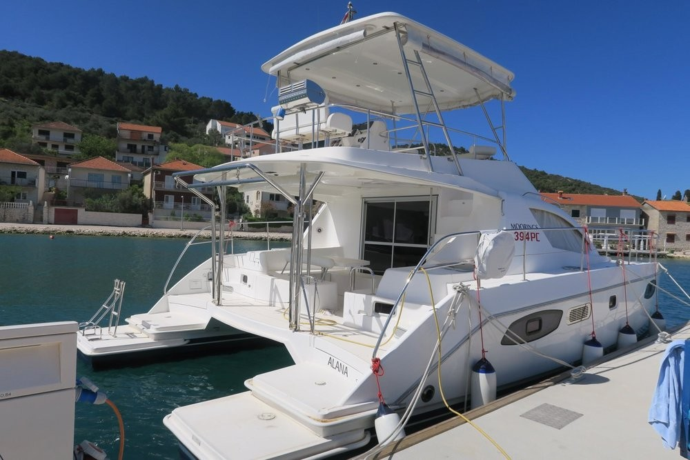 Rental yacht  - Leopard Leopard 39 PC - 4 + 2 cab. on SamBoat