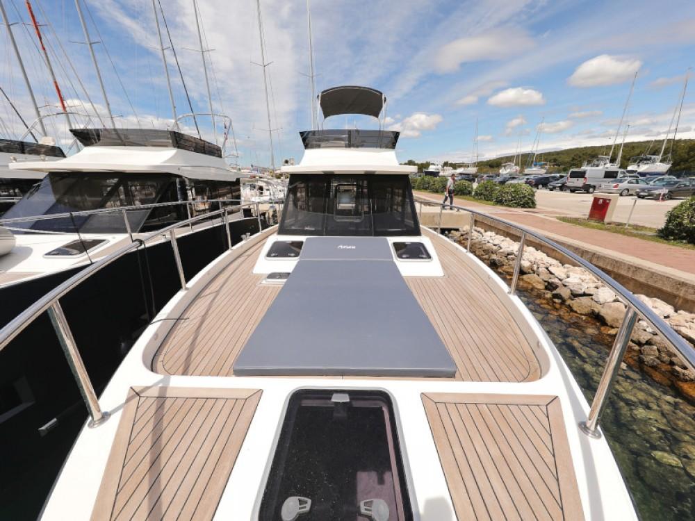 Boat rental Cobra Futura 40 Grand Horizon in Sukošan on Samboat