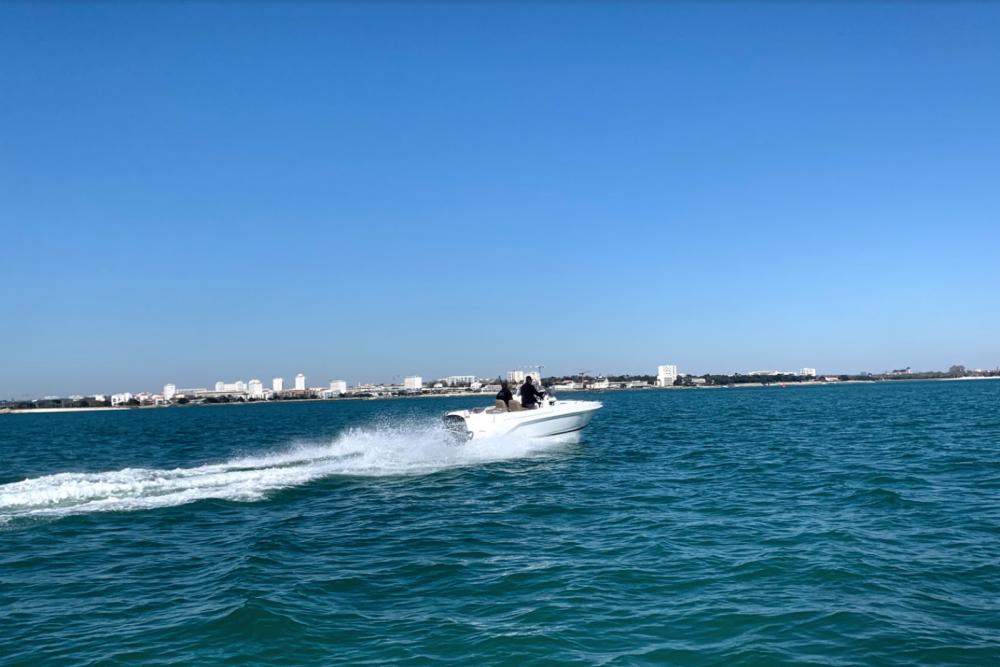 B2 Marine Cap Ferret 652 Day Cruiser between personal and professional La Rochelle