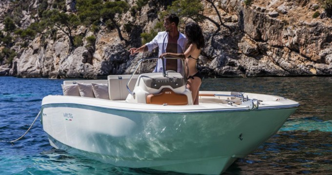 Rental Motorboat Invictus  with a permit