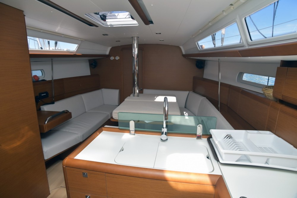 Jeanneau Sun Odyssey 389 between personal and professional Athènes