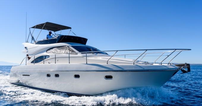 Boat rental Ferretti Ferretti 430 in Split on Samboat