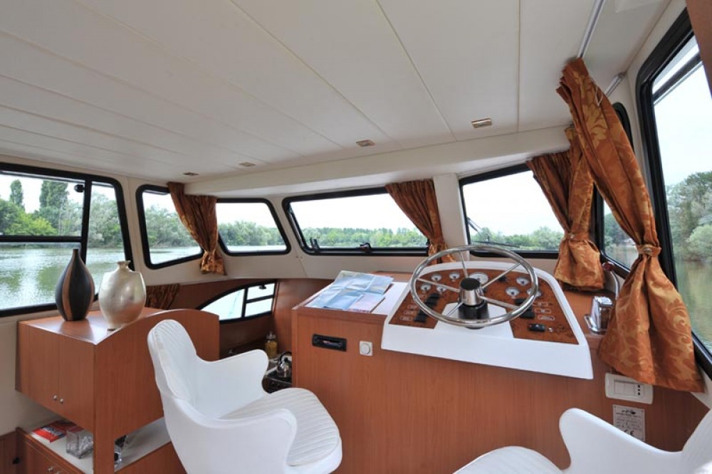 Hire Canal boat with or without skipper Houseboat Holidays Italia srl Casale sul Sile