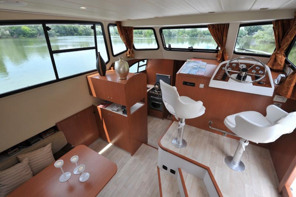 Houseboat Holidays Italia srl Minuetto6+ between personal and professional Precenicco