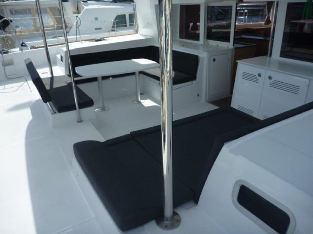 Lagoon Lagoon 450  Flybridge (4+2 cab.) between personal and professional