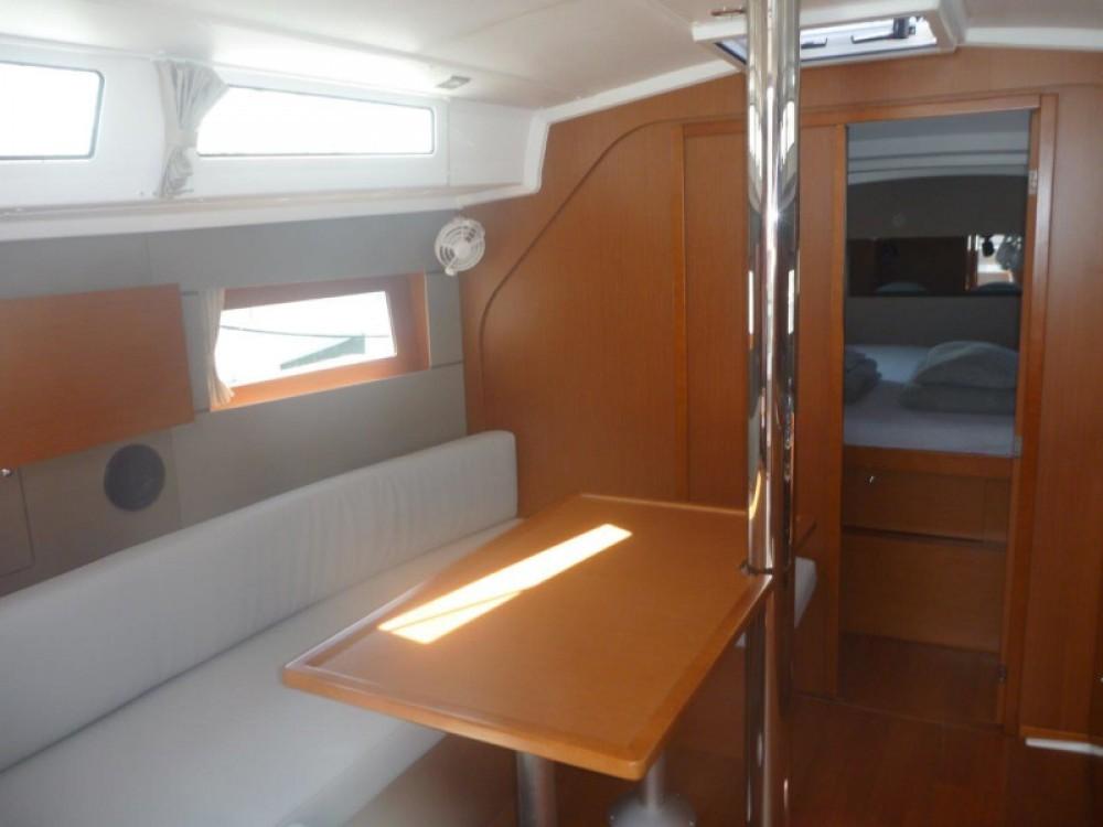 Boat rental Bénéteau Oceanis 38- 3 cab. in Šibenik on Samboat