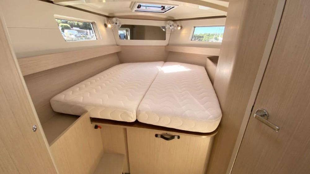 Rental yacht Grad Pula - Bénéteau Oceanis 411 on SamBoat