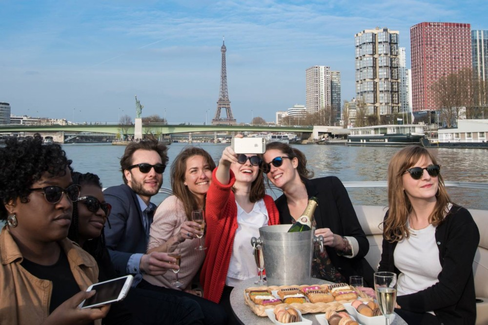 Suntracker Party barge between personal and professional Paris