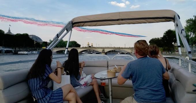 Rent a Suntracker Party barge Paris