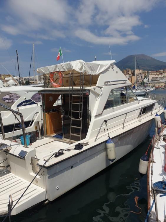 Rental yacht Torre del Greco - Chris Craft Catalina 33 on SamBoat