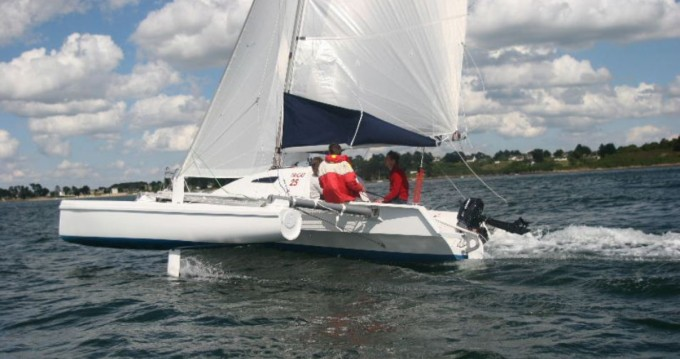 Boat rental La Trinité-sur-Mer cheap tricat 25