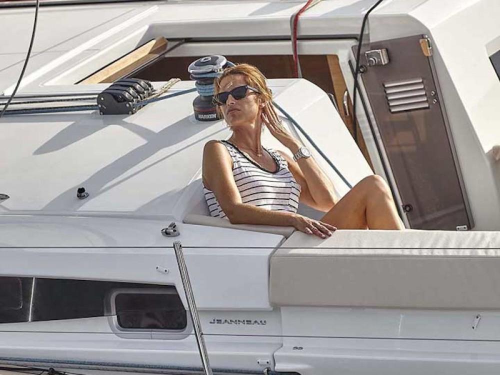 Rental Sailboat in Álimos - Jeanneau Sun Odyssey 440