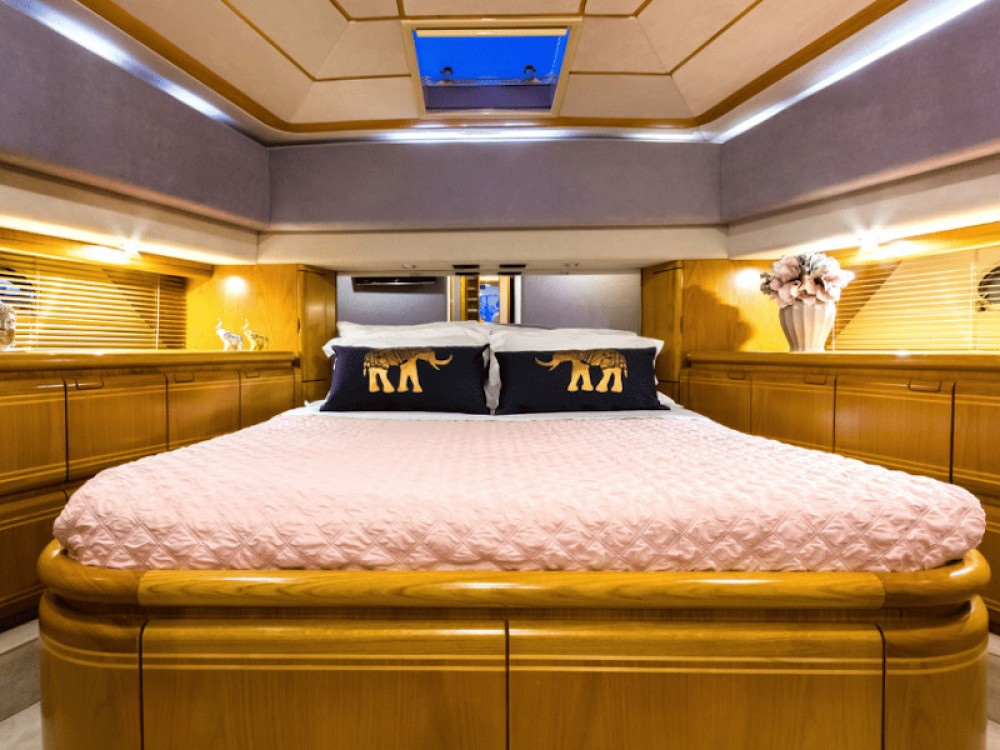 Yacht for rent Álimos at the best price