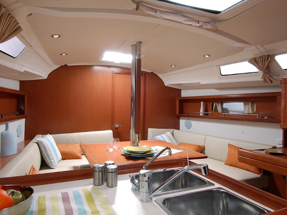Rental yacht Álimos - Bénéteau Oceanis 37 on SamBoat