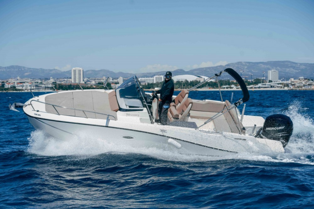 Boat rental Quicksilver Activ 755 Sundeck in Marseille on Samboat