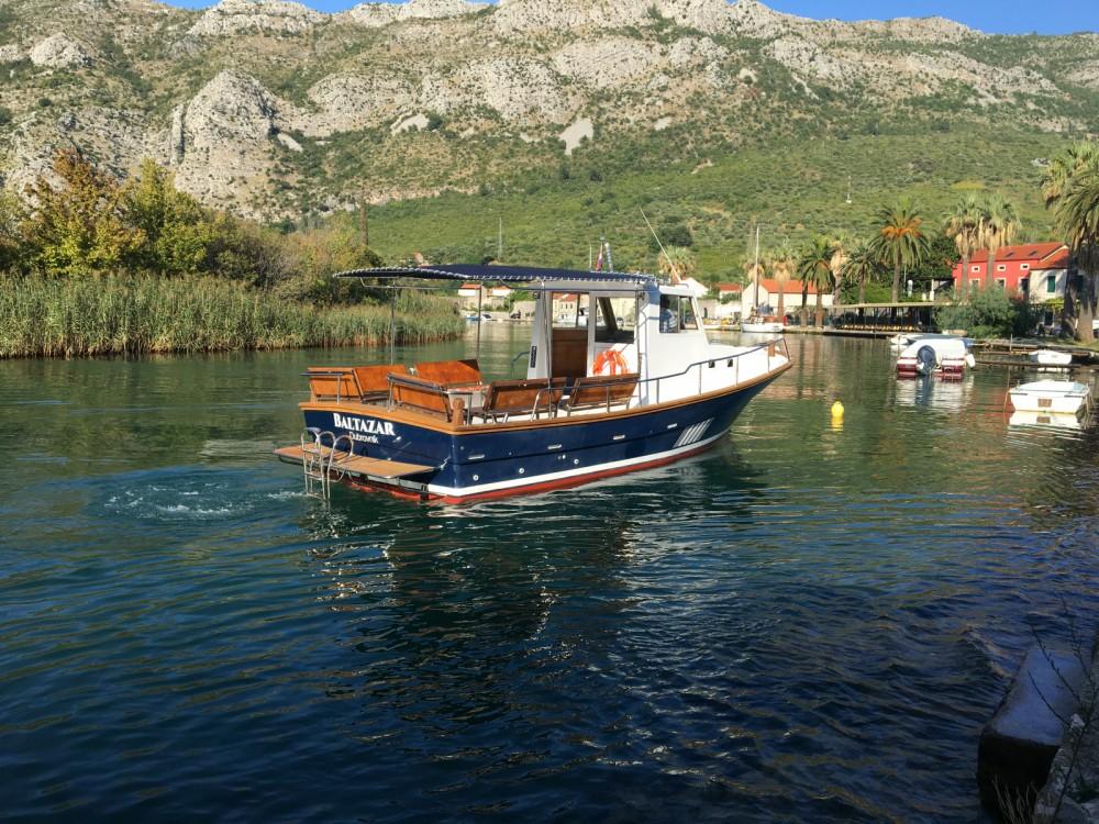 Rent a Saronic 890 Komolac