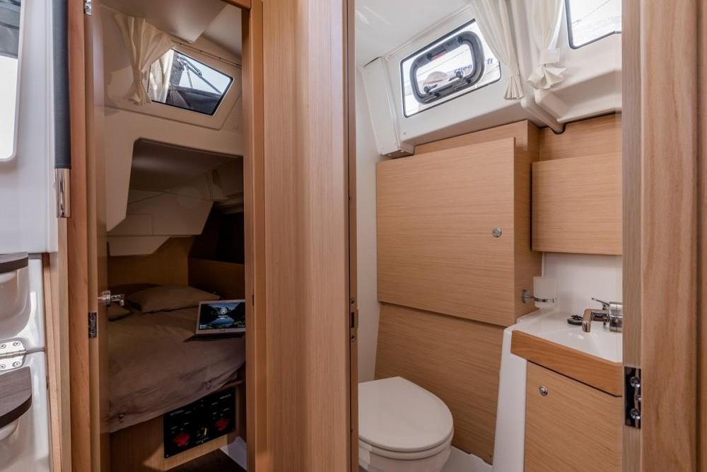 Rental yacht Grad Biograd na Moru - Bénéteau Oceanis 38.1 on SamBoat