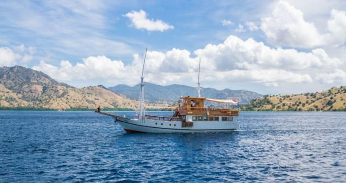 Boat rental Labuan Bajo cheap Gulet