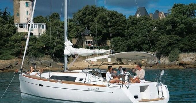 Boat rental Oceanis Océanis 37 in Port Grimaud on Samboat
