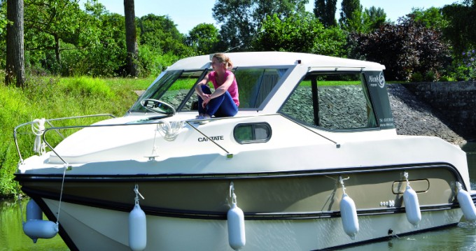 Motorboat for rent Sucé-sur-Erdre at the best price