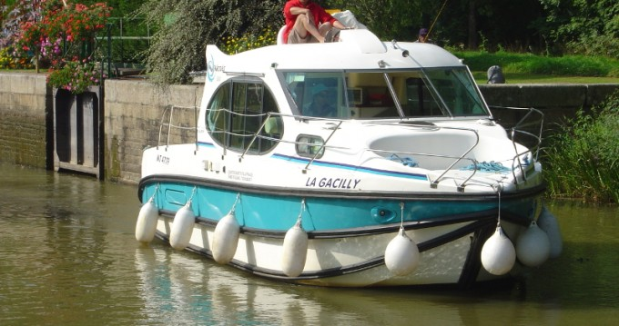 Motorboat for rent Grez-Neuville at the best price