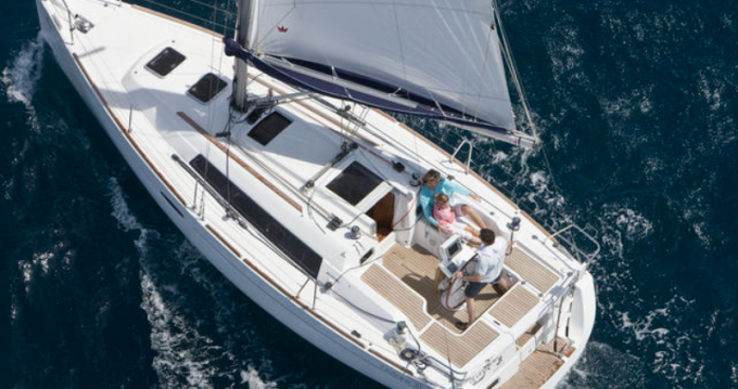 4 OCEANIS 31 (2 CAB) between personal and professional Port du Crouesty
