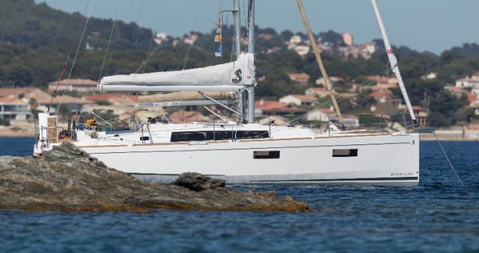 Boat rental Bénéteau Oceanis 38.1 (2017) in Hyères on Samboat