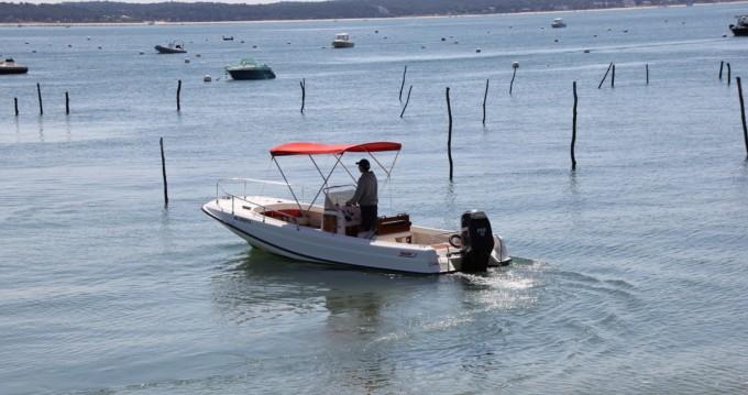 Rent a Boston Whaler Boston Whaler 21 Outrage Lège-Cap-Ferret