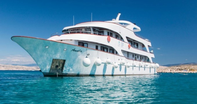CUSTOM MADE LUXURY YACHT CUSTOM MADE LUXURY YACHT between personal and professional Split