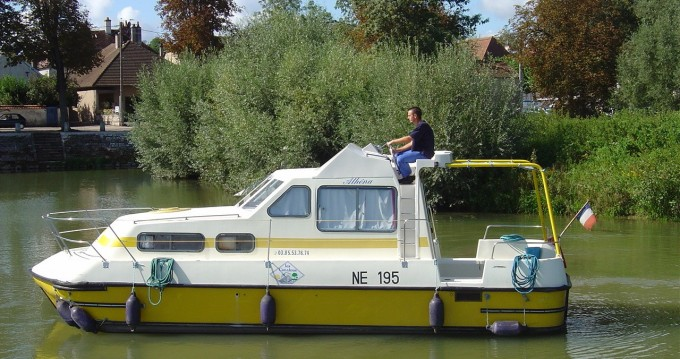 Boat rental Classic Triton 860 Fly in Pontailler-sur-Saône on Samboat