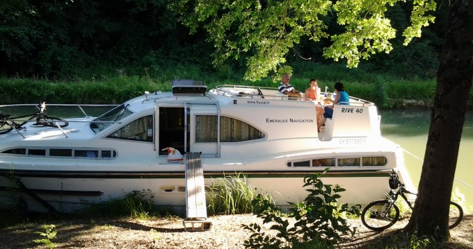 Boat rental Classic Haines Rive 40 in Homps on Samboat