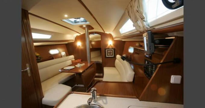 Boat rental Cavalaire-sur-Mer cheap Sun Odyssey 32i