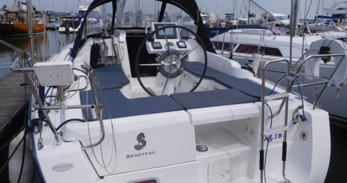 Boat rental Bénéteau Oceanis 31 in Poole on Samboat