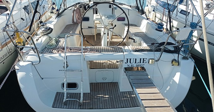 Boat rental Bénéteau Oceanis 37 in Alimos on Samboat