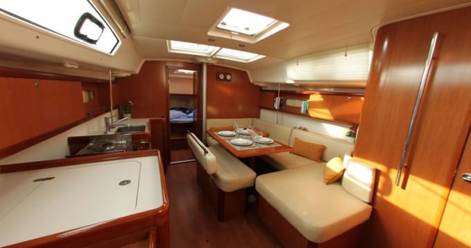Boat rental Bénéteau Oceanis 40 in Alimos on Samboat