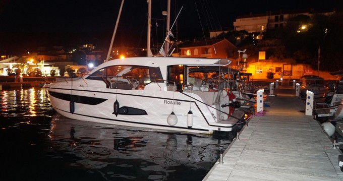 Boat rental Sealine Sealine C390 in Biograd na Moru on Samboat
