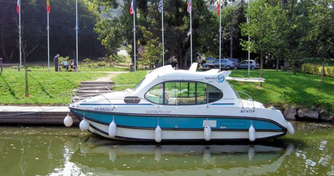 Motorboat for rent Nevers at the best price