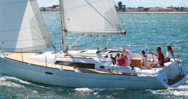 Rental Sailboat in Port du Crouesty - Bénéteau Oceanis 37